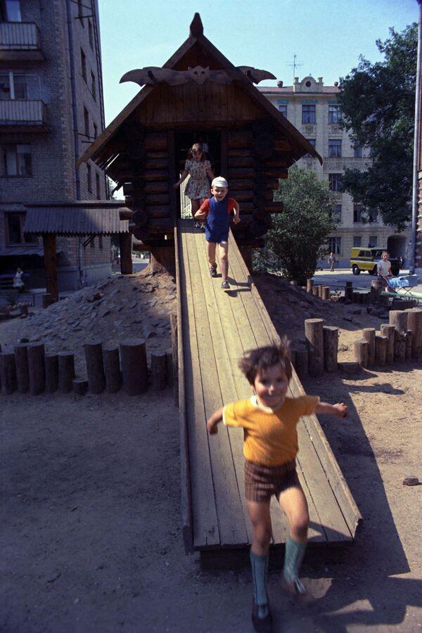 На детской площадке в Москве. 1975 год - Sputnik Узбекистан