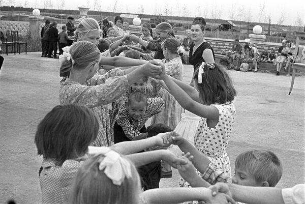 Игра в ручеек. 1965 год - Sputnik Узбекистан