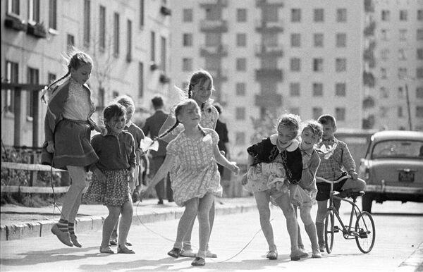 Дети во дворе дома. Москва, 1966 год - Sputnik Узбекистан
