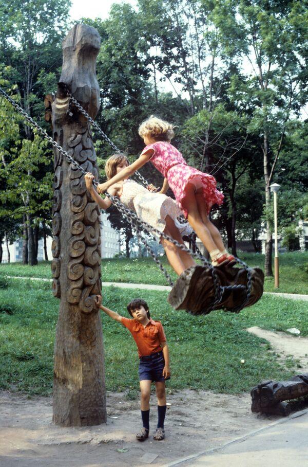Девочки качаются на качелях на детской площадке. 1986 год - Sputnik Узбекистан