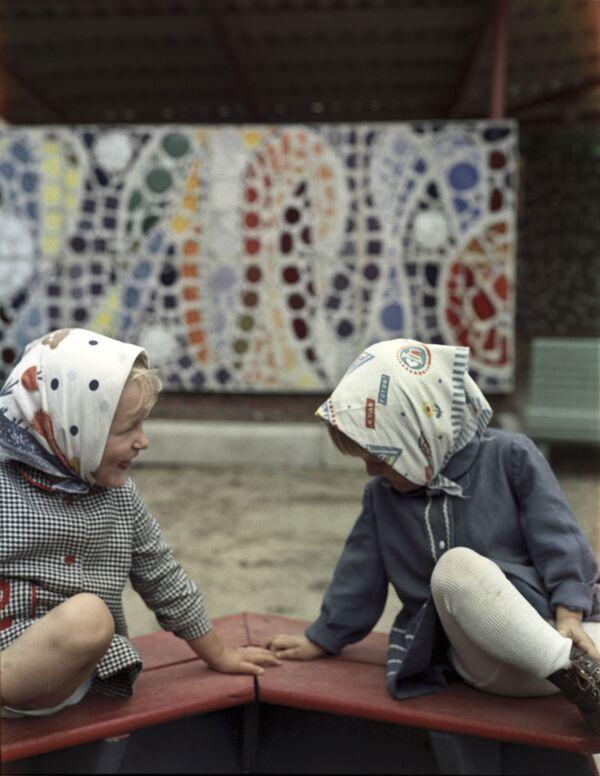 Подружки в песочнице. 1973 год - Sputnik Узбекистан