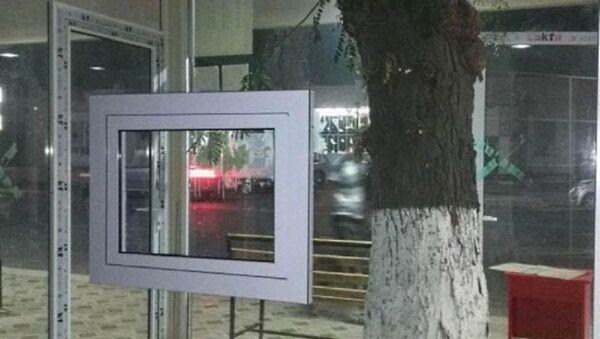 Узбекский предприниматель сохранил дерево при строительстве остановки - Sputnik Узбекистан