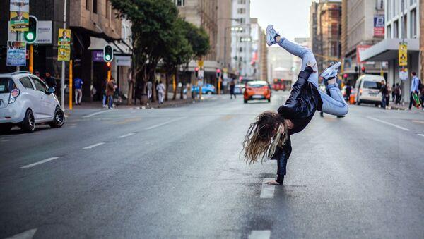 Девушка танцует на улице - Sputnik Узбекистан