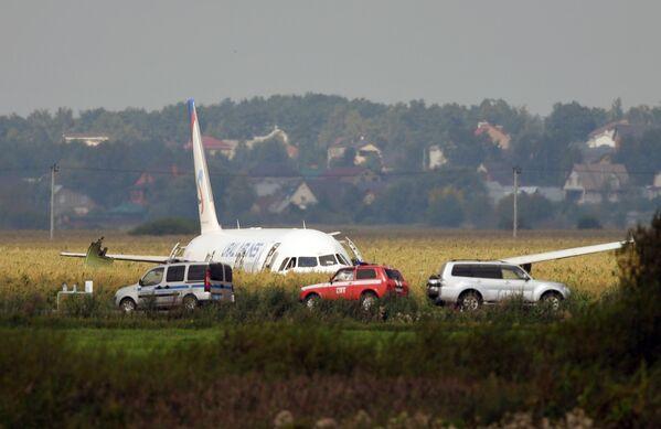 Самолет А321 с пассажирами на борту совершил жесткую посадку в Подмосковье - Sputnik Узбекистан