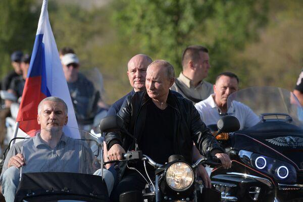 Президент России Владимир Путин в организованном мотоклубом Ночные волки международном байк-шоу Тень Вавилона в Севастополе - Sputnik Узбекистан