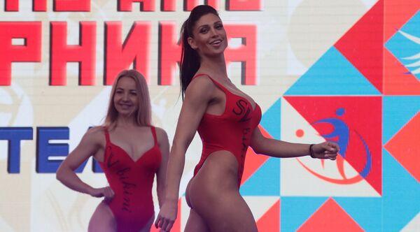 Девушки позируют на сцене в рамках празднования Дня физкультурника в Москве - Sputnik Узбекистан