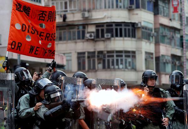 Полиция Гонконга применяет слезоточивый газ для разгона протестующих - Sputnik Узбекистан
