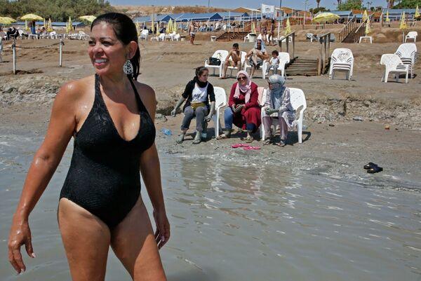 Женщины на пляже Каля на Мертвом море - Sputnik Узбекистан