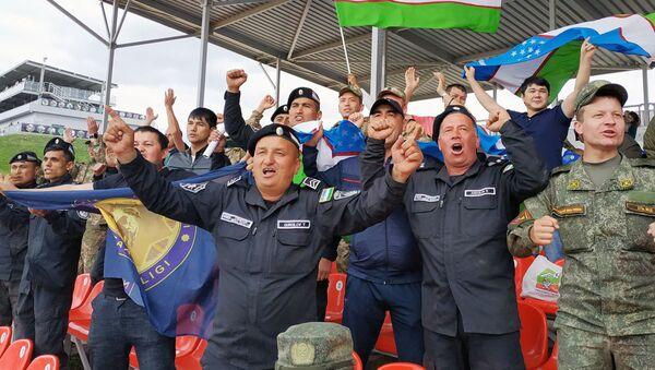 Болельщики радуются победе сборной Узбекистана в конкурсе Танковый биатлон - Sputnik Ўзбекистон