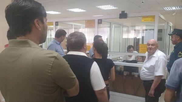 Очереди, сумки с деньгами и правоохранители - что происходит у банков - Sputnik Узбекистан