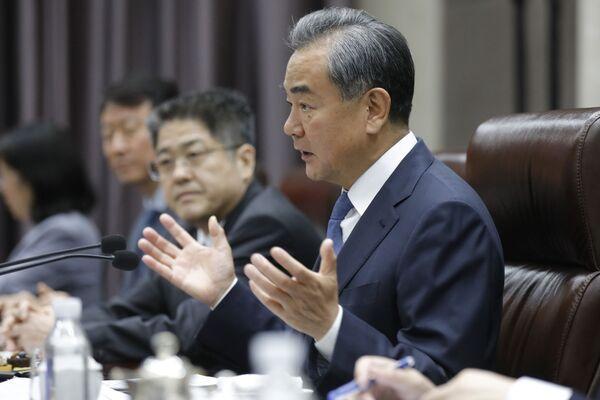 Министр иностранных дел Китая Ван И во время встречи с министром иностранных дел Узбекистана Абдулазизом Камиловым в Пекине 19 августа 2019 года - Sputnik Узбекистан