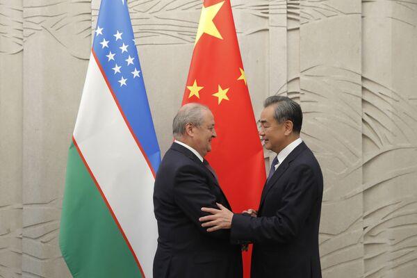 Министр иностранных дел Узбекистана Абдулазиз Камилов пожимает руку министру иностранных дел Китая Ван И, прибывшему на встречу в Пекин 19 августа 2019 года - Sputnik Узбекистан