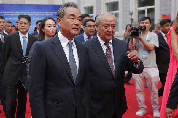 Министр иностранных дел Узбекистана Абдулазиз Камилов и Министр иностранных дел Китая Ван И приняли участие в церемонии открытия нового посольства Узбекистана в Пекине - Sputnik Узбекистан