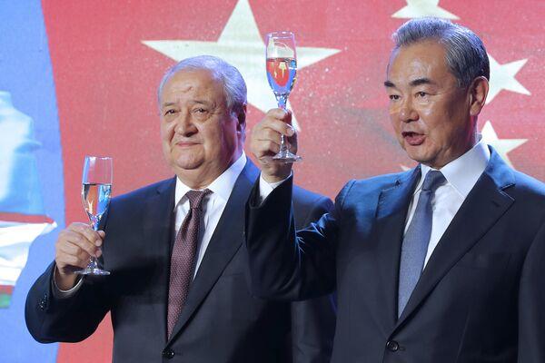 Министр иностранных дел Узбекистана Абдулазиз Камилов и Министр иностранных дел Китая Ван И отмечают церемонию открытия нового посольства Узбекистана в Пекине - Sputnik Узбекистан