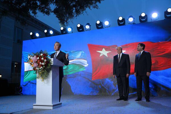 Министр иностранных дел Китая Ван И выступил с речью на церемонии открытия нового посольства Узбекистана в Пекине - Sputnik Узбекистан