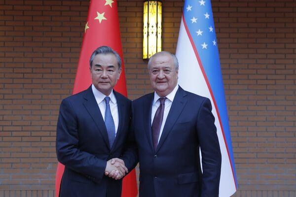 Министр иностранных дел Узбекистана Абдулазиз Камилов и министр иностранных дел Китая Ван И во время церемонии открытия нового посольства Узбекистана в Пекине - Sputnik Узбекистан