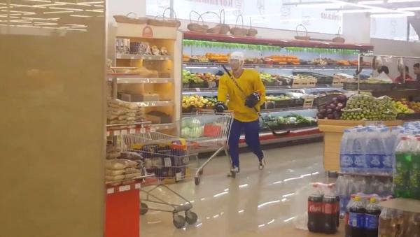Им не жарко: хоккеисты покупают арбуз в Ташкенте - видео - Sputnik Узбекистан
