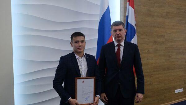 Губернатор наградил узбекистанца, спасшего людей из автобуса в Перми - Sputnik Узбекистан