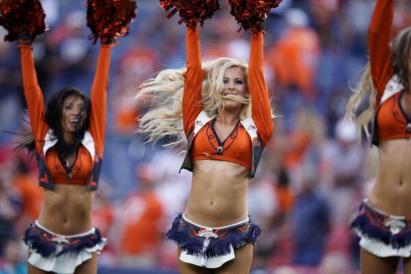 Девушки из группы поддержки футбольного клуба Denver Broncos в перерыве футбольного матча между Denver Broncos и San Francisco 49ers в Денвере - Sputnik Узбекистан