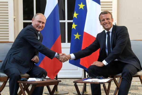 Президент РФ Владимир Путин и президент Франции Эммануэль Макрон во время встречи на юге Франции - Sputnik Узбекистан