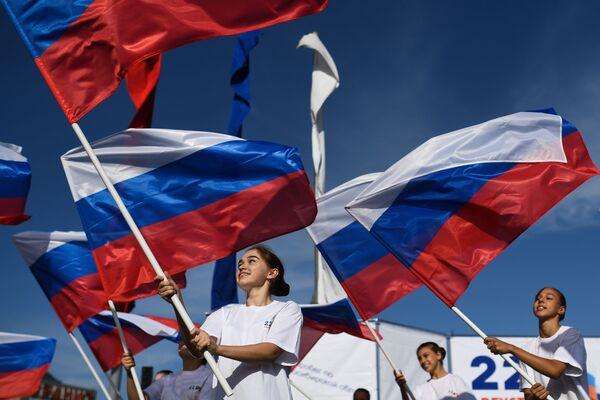 Девушки с российскими флагами на площади Маркса в Новосибирске - Sputnik Узбекистан