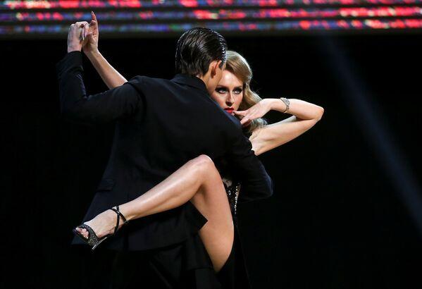Представляющие Россию танцоры Иван Набокин и Анастасия Извекова выступают в финале чемпионата мира по танго в Буэнос-Айресе, Аргентина - Sputnik Узбекистан