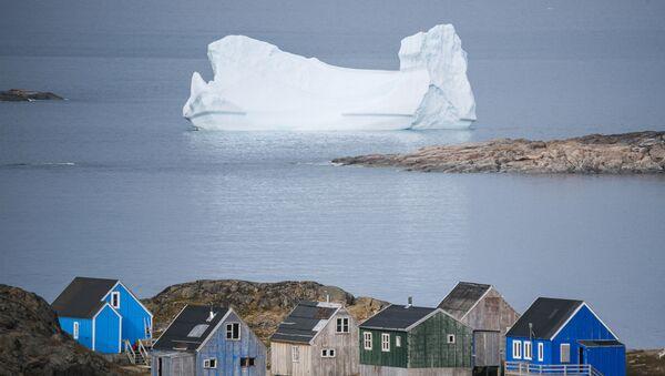 Aysberg okolo goroda Kulusuk v Grenlandii - Sputnik Oʻzbekiston