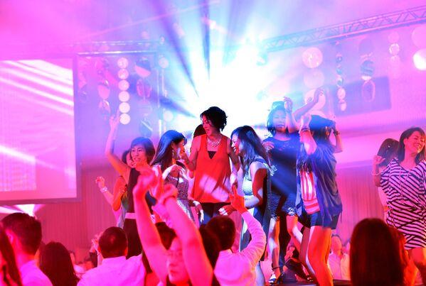 Люди на дискотеке в бальном зале отеля Takanawa Prince в Токио - Sputnik Узбекистан