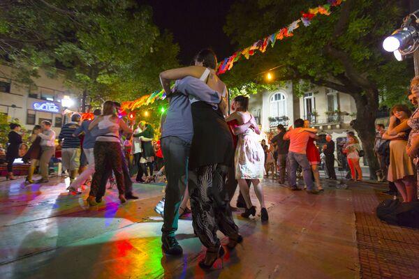Люди танцуют танго на главной площади Сан-Тельмо в Буэнос-Айресе, Аргентина - Sputnik Узбекистан