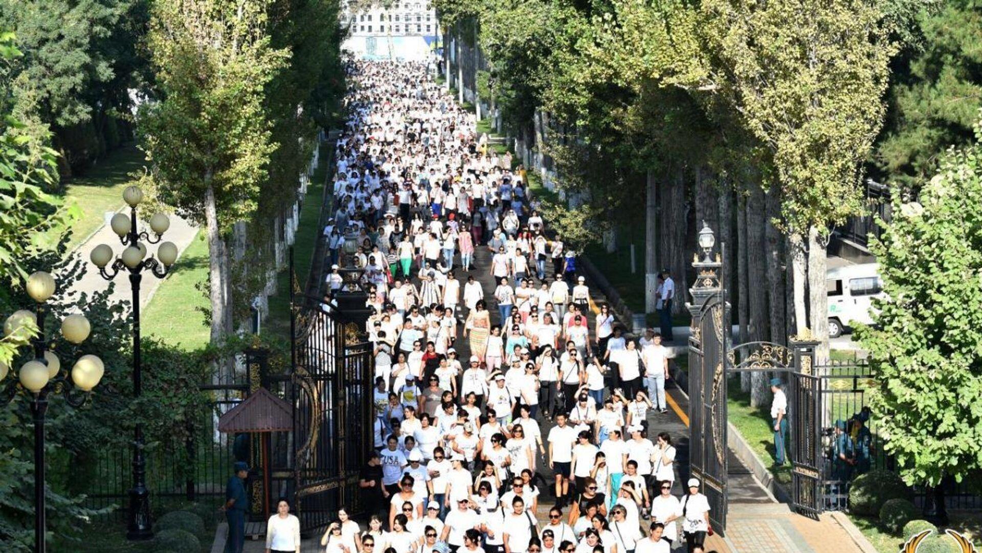 Жители Ташкента приняли участие в Массовой ходьбе - Sputnik Узбекистан, 1920, 07.09.2021