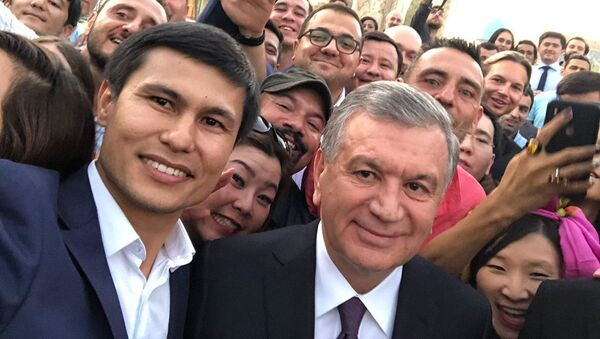Шавкат Мирзиёев с блогерами  - Sputnik Узбекистан