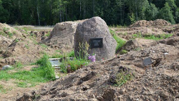 Место раскопок в районе деревни Жестяная Горка, где следователи обнаружили около 500 тел жертв латвийских карателей - Sputnik Узбекистан