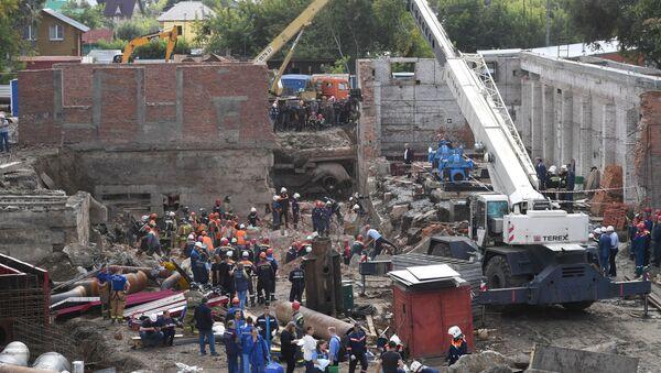 В Новосибирске на рабочих обрушилась стена строящегося здания - Sputnik Узбекистан