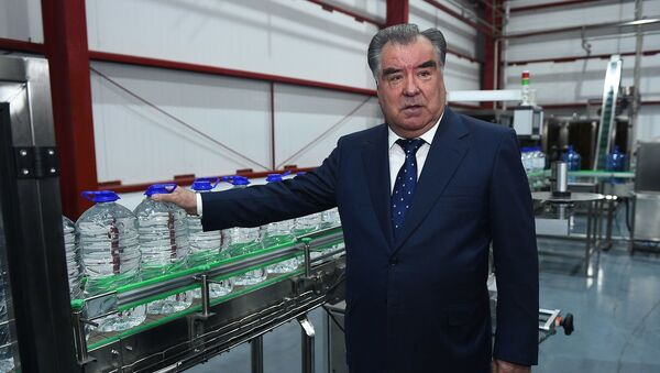 Президент Таджикистана Эмомали Рахмон и мэр Душанбе Рустам Эмомали открыли завод по производству напитков и алкогольной продукции Сиема  - Sputnik Ўзбекистон