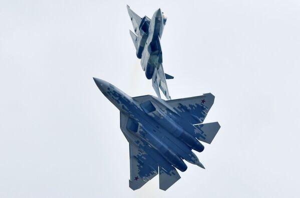 Российские многофункциональные истребители пятого поколения Су-57 выполняют демонстрационный полет на авиационно-космическом салоне МАКС-2019  - Sputnik Узбекистан