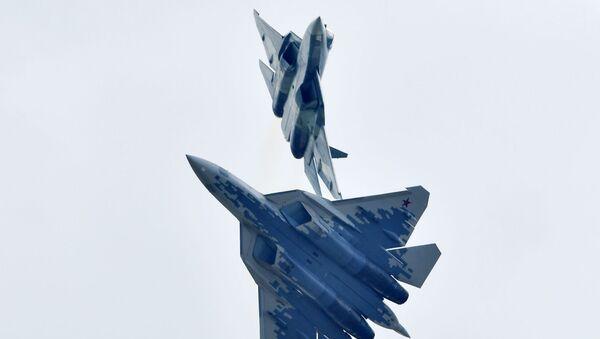 Российские многофункциональные истребители пятого поколения Су-57 выполняют демонстрационный полет на авиационно-космическом салоне МАКС-2019  - Sputnik Ўзбекистон