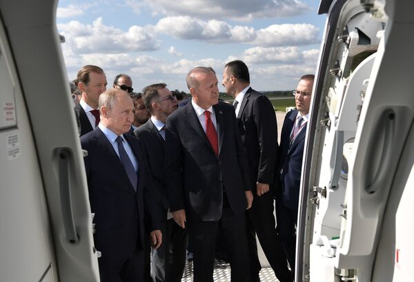 Президент РФ Владимир Путин и президент Турции Реджеп Тайип Эрдоган во время осмотра экспозиции Международного авиакосмического салона МАКС-2019 - Sputnik Узбекистан