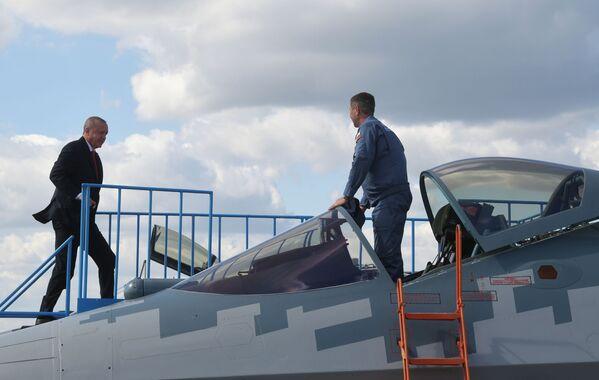 Президент Турции Реджеп Тайип Эрдоган осматривает российский многофункциональный истребитель Су-57 во время посещения салона МАКС-2019 - Sputnik Узбекистан