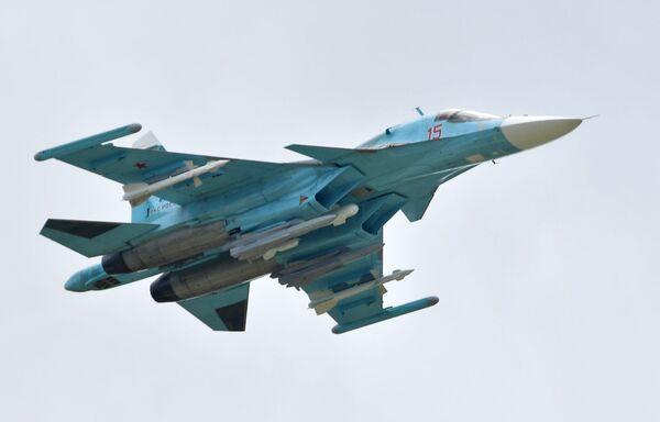 Российский многоцелевой истребитель-бомбардировщик Су-34 выполняет демонстрационный полет на авиасалоне МАКС-2019  - Sputnik Узбекистан