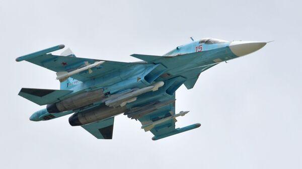 Rossiyskiy mnogotselevoy istrebitel-bombardirovщik Su-34 vыpolnyayet demonstratsionnыy polet na aviasalone MAKS-2019  - Sputnik Oʻzbekiston