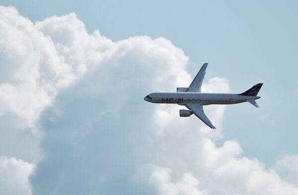 Российский среднемагистральный пассажирский самолёт МС-21-300 совершает полет на Международном авиационно-космическом салоне МАКС-2019 в подмосковном Жуковском - Sputnik Узбекистан