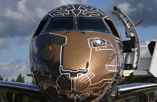 Самолет бразильской компании Embraer 195-E2 Profit Hunter на Международном авиационно-космическом салоне МАКС-2019 в подмосковном Жуковском - Sputnik Узбекистан