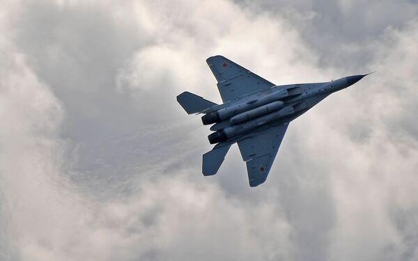 Российский многофункциональный фронтовой истребитель МиГ-35 совершает полет на Международном авиационно-космическом салоне МАКС-2019 в подмосковном Жуковском - Sputnik Узбекистан