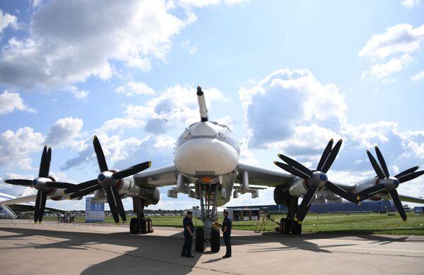 Советский стратегический ракетоносец Ту-95МС на Международном авиационно-космическом салоне МАКС-2019 в подмосковном Жуковском - Sputnik Узбекистан