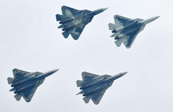 Российские многофункциональные истребители пятого поколения Су-57 выполняют демонстрационный полет на Международном авиационно-космическом салоне МАКС-2019 в подмосковном Жуковском - Sputnik Узбекистан