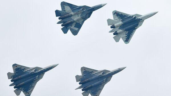 Российские многофункциональные истребители пятого поколения Су-57 выполняют демонстрационный полет на Международном авиационно-космическом салоне МАКС-2019 в подмосковном Жуковском - Sputnik Ўзбекистон
