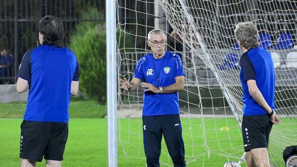 Эктор Купер на тренировке сборной Узбекистана по футболу - Sputnik Узбекистан