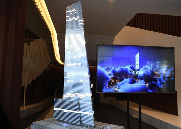 Стенд, на котором представлен проект самого высокого небоскреба на территории комплекса Москва-Сити, на Московском урбанистическом форуме. Здание, которое получит название One Tower. - Sputnik Узбекистан