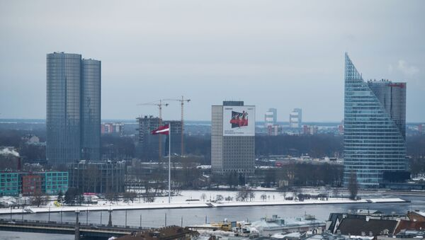 Высотки Z-Towers, 60-метровый флагшток флага Латвии на дамбе AB, бывшее здание Дома печати, здание Солнечный камень и центральный офис Swedbank в Риге - Sputnik Узбекистан