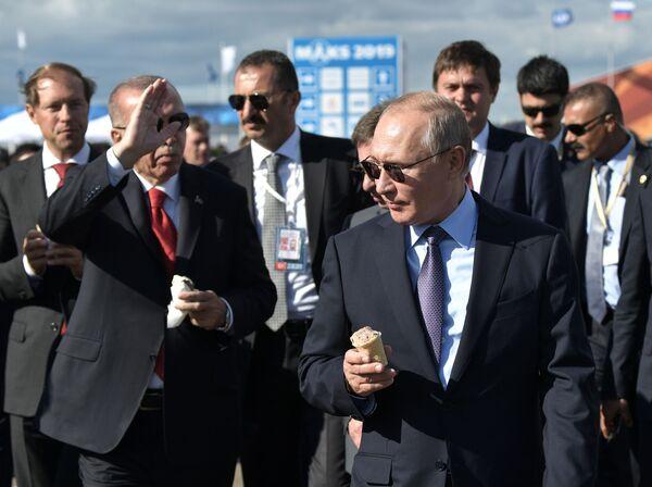 Президент РФ Владимир Путин и президент Турции Реджеп Тайип Эрдоган с мороженым во время посещения Международного авиакосмического салона МАКС-2019 - Sputnik Узбекистан